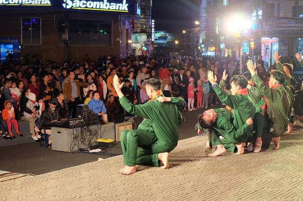 Chùm ảnh: Giới trẻ khắp mọi miền háo hức dạo phố đêm Quốc Khánh 2/9 - Ảnh 10.
