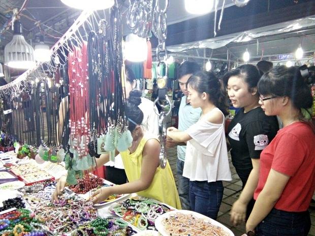Chùm ảnh: Giới trẻ khắp mọi miền háo hức dạo phố đêm Quốc Khánh 2/9 - Ảnh 21.