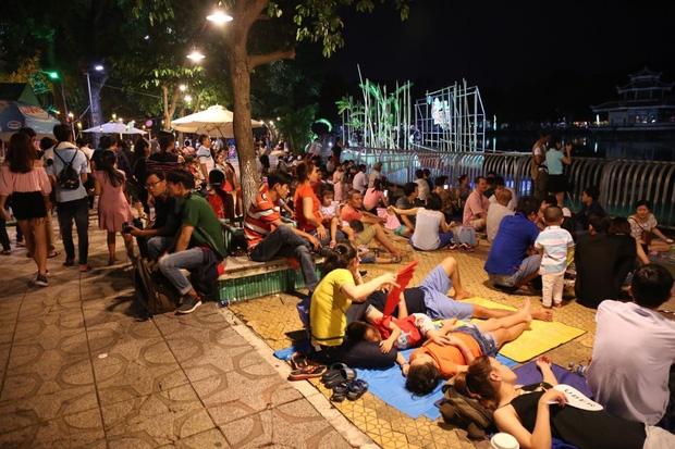 Chùm ảnh: Giới trẻ khắp mọi miền háo hức dạo phố đêm Quốc Khánh 2/9 - Ảnh 23.