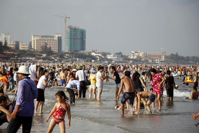 Nắng nóng gay gắt, bãi biển Vũng Tàu đông nghịt người