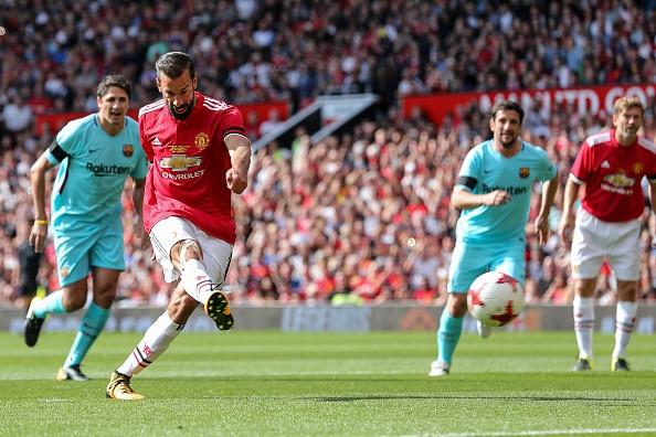 Van Nistelrooy toa sang, huyen thoai MU ha guc doi ngoi sao Barca hinh anh 4