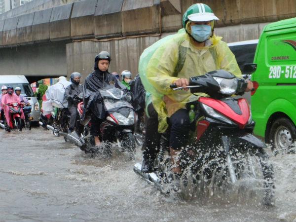 Người dân từ các tỉnh đổ về Thủ đô chật vật di chuyển trong mưa lớn sau kì nghĩ lễ kéo dài