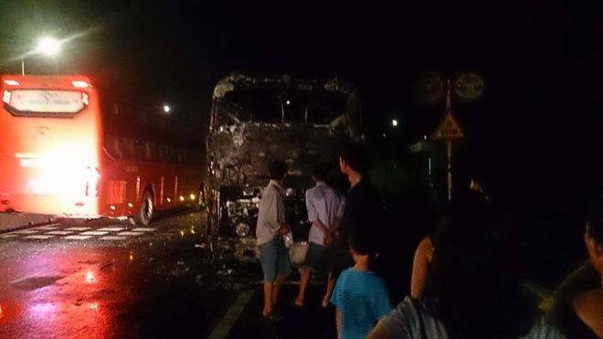17 hành khách đang ngủ say, xe bất ngờ bốc cháy  - Ảnh 2.