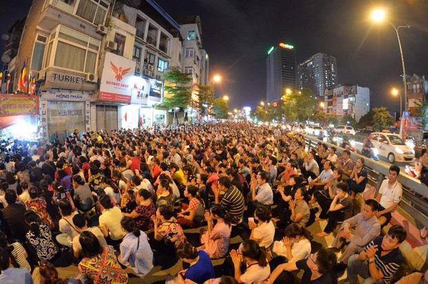 Biển người ngồi dưới lòng đường cầu nguyện trong đại lễ Vu Lan ở chùa Phúc Khánh - Ảnh 6.