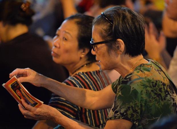 Biển người ngồi dưới lòng đường cầu nguyện trong đại lễ Vu Lan ở chùa Phúc Khánh - Ảnh 12.