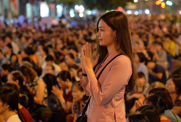 Biển người ngồi dưới lòng đường cầu nguyện trong đại lễ Vu Lan ở chùa Phúc Khánh - Ảnh 13.