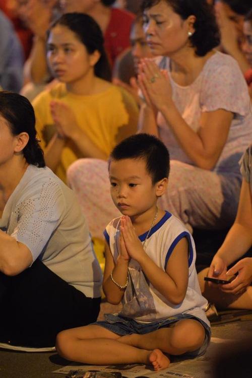 Biển người ngồi dưới lòng đường cầu nguyện trong đại lễ Vu Lan ở chùa Phúc Khánh - Ảnh 14.