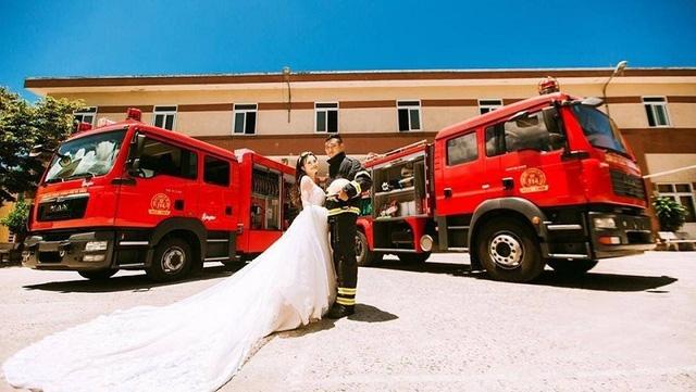"""Quang Tùng công tác ở Sở Cảnh sát PCCC TP. Đà Nẵng. Với đặc thù là lính cứu hỏa luôn tất bật với công việc nên cặp đôi chẳng mấy khi gặp nhau, """"yêu gần mà như yêu xa vậy, nhiều lúc lễ tết thấy buồn và tủi thân lắm"""", Tú chia sẻ."""
