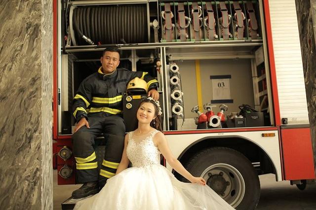 """Sau hơn 5 năm yêu nhau Thanh Tú và Quang Tùng quyết định về chung một nhà. Cặp đôi lên ý tưởng thực hiện bộ ảnh cưới độc đáo mang tên: """"Chuyện tình lính cứu hỏa""""."""