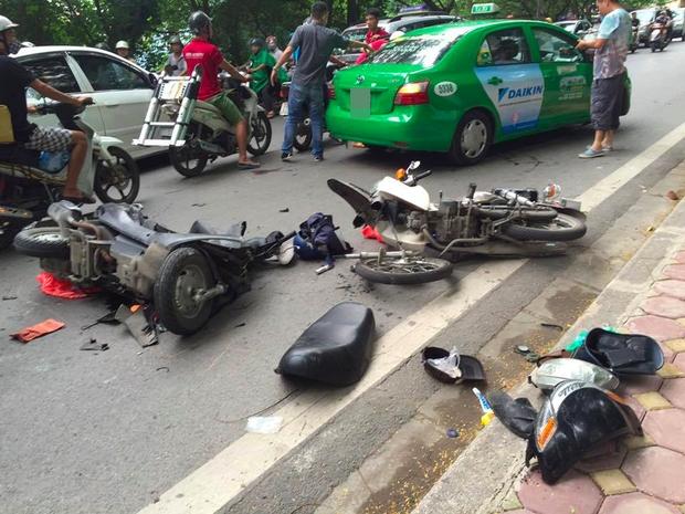 Hà Nội: Tai nạn liên hoàn trên đường Hoàng Hoa Thám, người đàn ông nhập viện cấp cứu - Ảnh 1.
