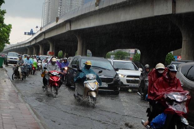 Người dân từ các tỉnh đổ về Thủ đô chật vật di chuyển trong mưa lớn sau kì nghĩ lễ kéo dài - Ảnh 2.