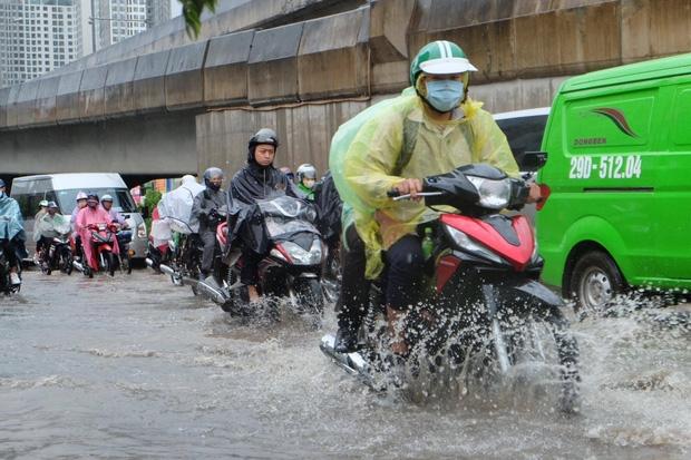 Người dân từ các tỉnh đổ về Thủ đô chật vật di chuyển trong mưa lớn sau kì nghĩ lễ kéo dài - Ảnh 3.