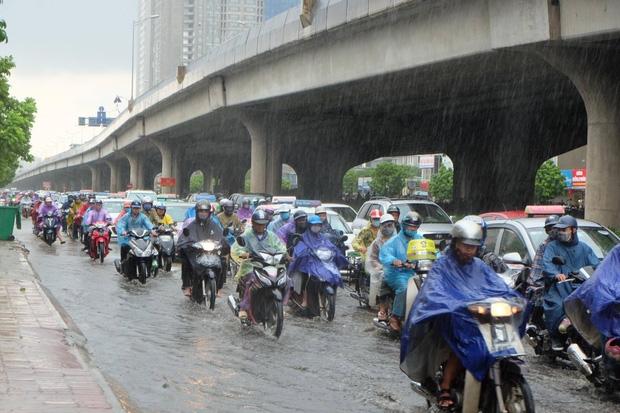 Người dân từ các tỉnh đổ về Thủ đô chật vật di chuyển trong mưa lớn sau kì nghĩ lễ kéo dài - Ảnh 4.