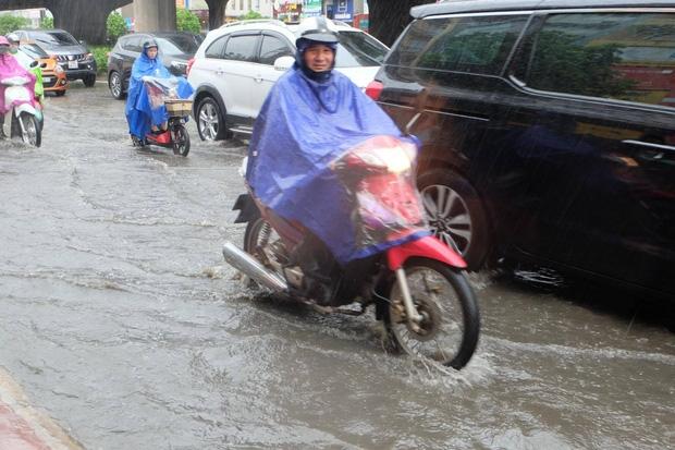 Người dân từ các tỉnh đổ về Thủ đô chật vật di chuyển trong mưa lớn sau kì nghĩ lễ kéo dài - Ảnh 5.