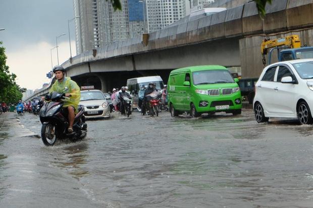 Người dân từ các tỉnh đổ về Thủ đô chật vật di chuyển trong mưa lớn sau kì nghĩ lễ kéo dài - Ảnh 6.