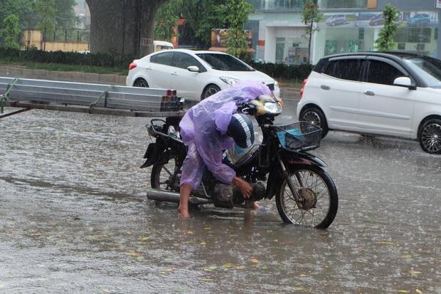 Người dân từ các tỉnh đổ về Thủ đô chật vật di chuyển trong mưa lớn sau kì nghĩ lễ kéo dài - Ảnh 7.