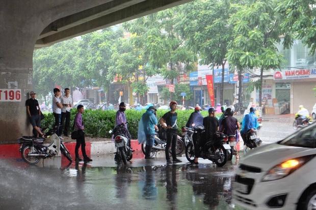 Người dân từ các tỉnh đổ về Thủ đô chật vật di chuyển trong mưa lớn sau kì nghĩ lễ kéo dài - Ảnh 8.