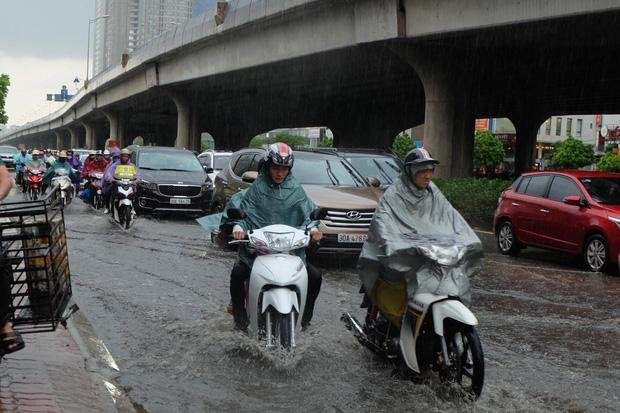 Người dân từ các tỉnh đổ về Thủ đô chật vật di chuyển trong mưa lớn sau kì nghĩ lễ kéo dài - Ảnh 9.