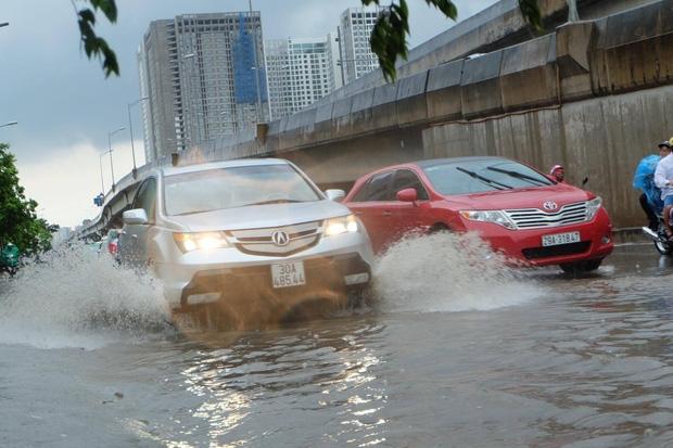 Người dân từ các tỉnh đổ về Thủ đô chật vật di chuyển trong mưa lớn sau kì nghĩ lễ kéo dài - Ảnh 10.