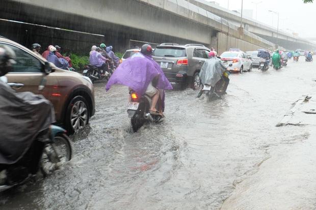 Người dân từ các tỉnh đổ về Thủ đô chật vật di chuyển trong mưa lớn sau kì nghĩ lễ kéo dài - Ảnh 11.