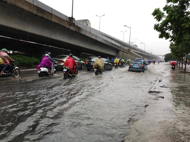 Người dân từ các tỉnh đổ về Thủ đô chật vật di chuyển trong mưa lớn sau kì nghĩ lễ kéo dài - Ảnh 12.