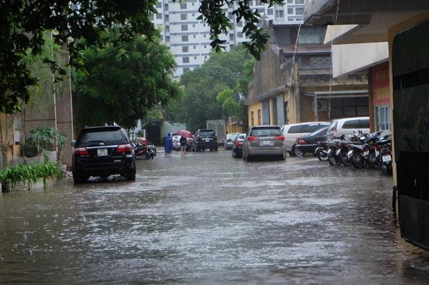 Người dân từ các tỉnh đổ về Thủ đô chật vật di chuyển trong mưa lớn sau kì nghĩ lễ kéo dài - Ảnh 13.