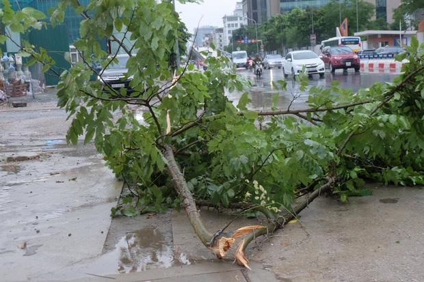 Người dân từ các tỉnh đổ về Thủ đô chật vật di chuyển trong mưa lớn sau kì nghĩ lễ kéo dài - Ảnh 14.