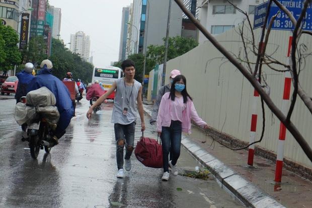 Người dân từ các tỉnh đổ về Thủ đô chật vật di chuyển trong mưa lớn sau kì nghĩ lễ kéo dài - Ảnh 16.