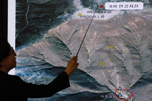 Giám đốc Trung tâm động đất và núi lửa Hàn Quốc Lee Mi-seon phân tích vị trí phát hiện rung chấn động đất Triều Tiên ngày 3/9 (Ảnh: Reuters)