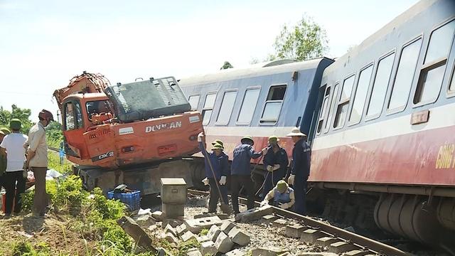 Tạm giữ tài xế máy xúc gây tai nạn cho tàu SE3 - Ảnh 1.