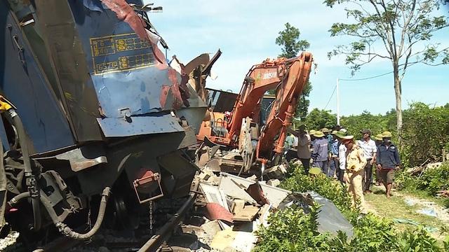 Tạm giữ tài xế máy xúc gây tai nạn cho tàu SE3 - Ảnh 2.
