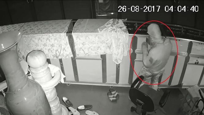 Camera an ninh của tiệm vàng Trang Ngọc ghi lại hình ảnh nghi can thực hiện vụ trộm /// Ảnh Cắt từ clip