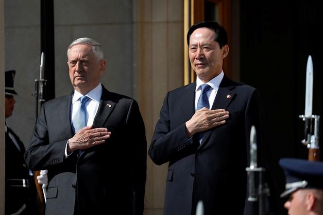 Bộ trưởng Quốc phòng Mỹ James Mattis (trái) và người đồng cấp Hàn Quốc Song Young-moo tại trụ sở Lầu Năm Góc ngày 30.8 /// Reuters