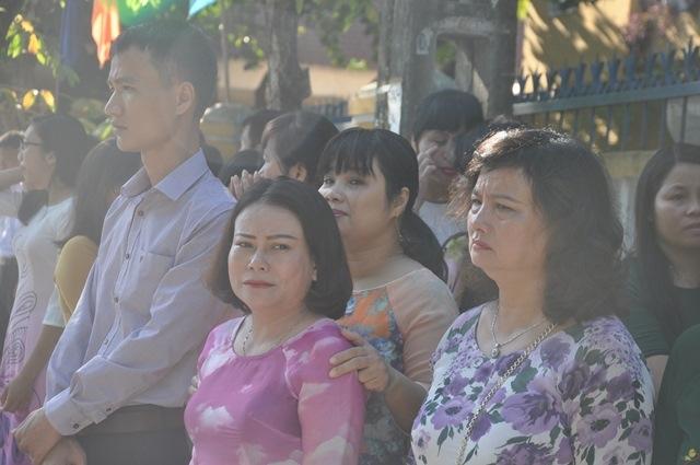 Bí thư Quảng Nam cúi đầu tiễn đưa cô giáo trẻ trong ngày khai trường - Ảnh 2.