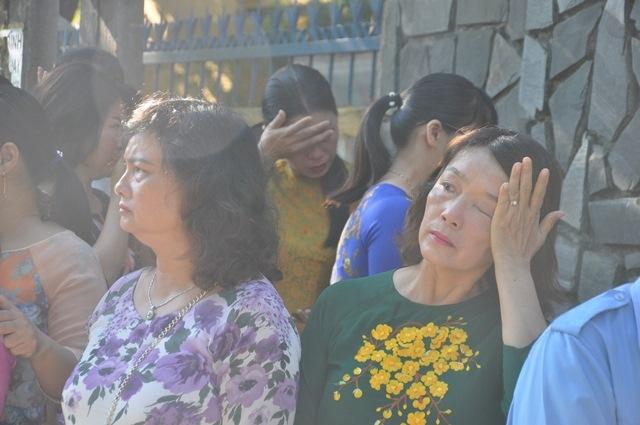 Bí thư Quảng Nam cúi đầu tiễn đưa cô giáo trẻ trong ngày khai trường - Ảnh 3.