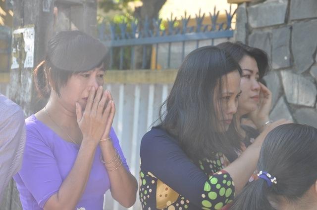 Bí thư Quảng Nam cúi đầu tiễn đưa cô giáo trẻ trong ngày khai trường - Ảnh 4.