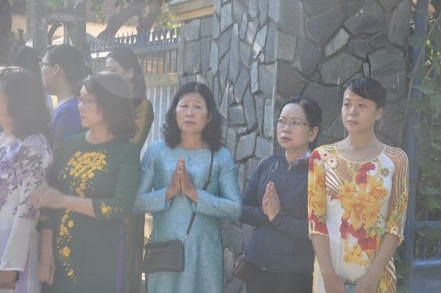 Bí thư Quảng Nam cúi đầu tiễn đưa cô giáo trẻ trong ngày khai trường - Ảnh 5.