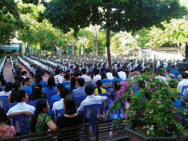 Toàn bộ học sinh của trường đều mặc áo trắng, đội mũ cối trong ngày khai giảng năm học mới để lại ấn tượng và đẹp mắt trong mọi người.