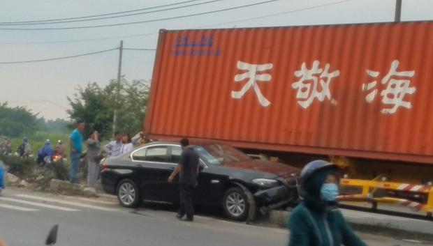 Container mất lái, kéo lê xe ô tô hơn 30 mét trên đường, 3 người trong ô tô hoảng loạn kêu cứu - Ảnh 1.