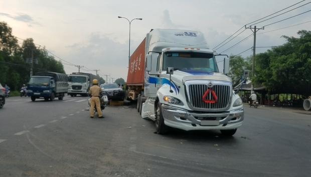 Container mất lái, kéo lê xe ô tô hơn 30 mét trên đường, 3 người trong ô tô hoảng loạn kêu cứu - Ảnh 2.