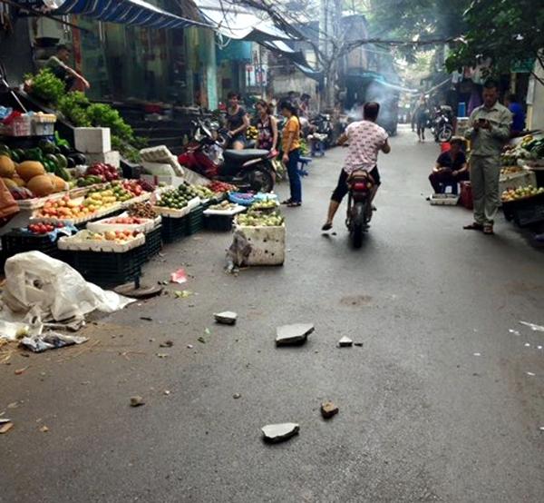 Hà Nội: Cư dân sợ hãi khi mảng tường chung cư bất ngờ rơi xuống từ tầng 4 - Ảnh 1.