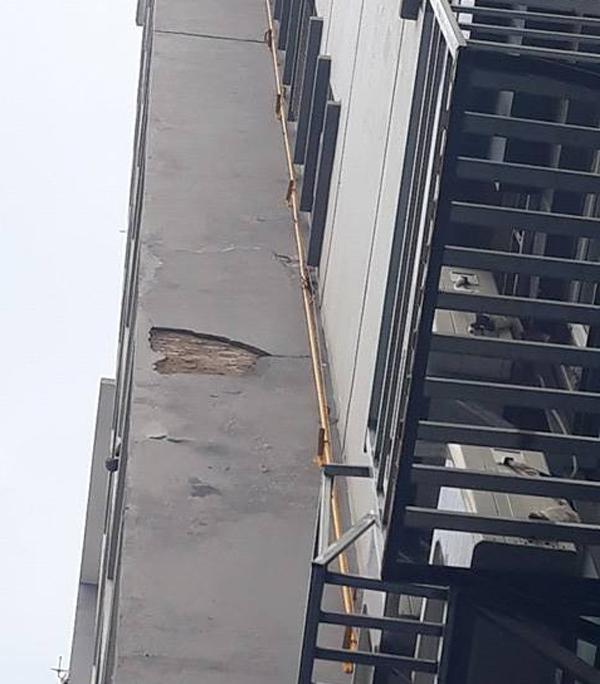 Hà Nội: Cư dân sợ hãi khi mảng tường chung cư bất ngờ rơi xuống từ tầng 4 - Ảnh 2.
