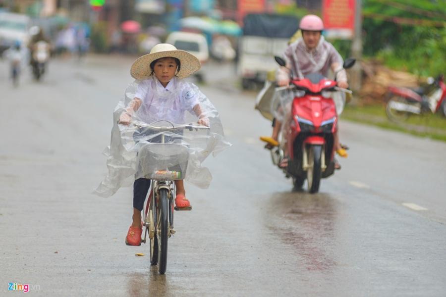 Hoc sinh vung lu Mu Cang Chai doi mua don khai giang hinh anh 1