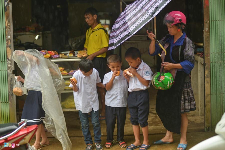 Hoc sinh vung lu Mu Cang Chai doi mua don khai giang hinh anh 2
