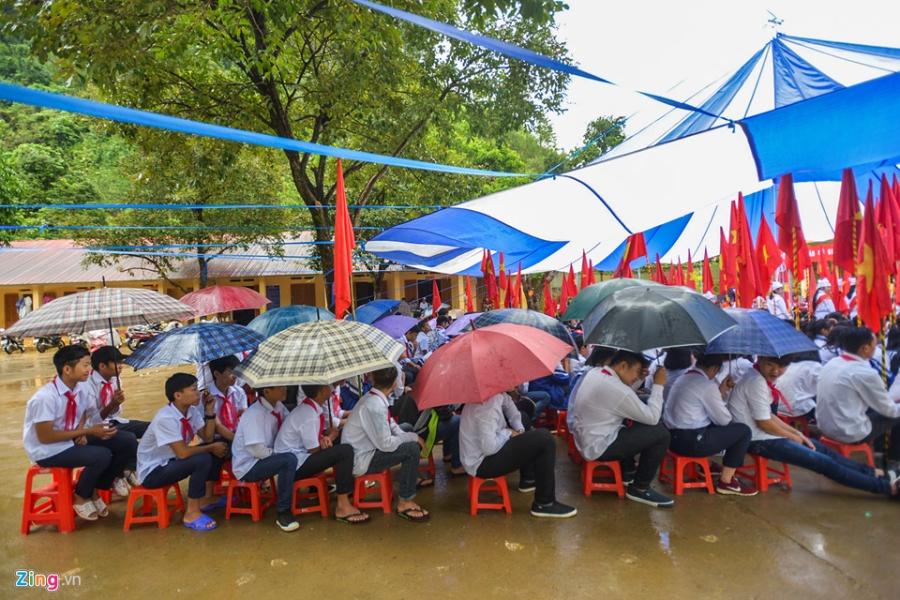 Hoc sinh vung lu Mu Cang Chai doi mua don khai giang hinh anh 10