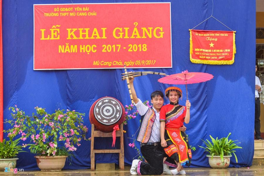 Hoc sinh vung lu Mu Cang Chai doi mua don khai giang hinh anh 14