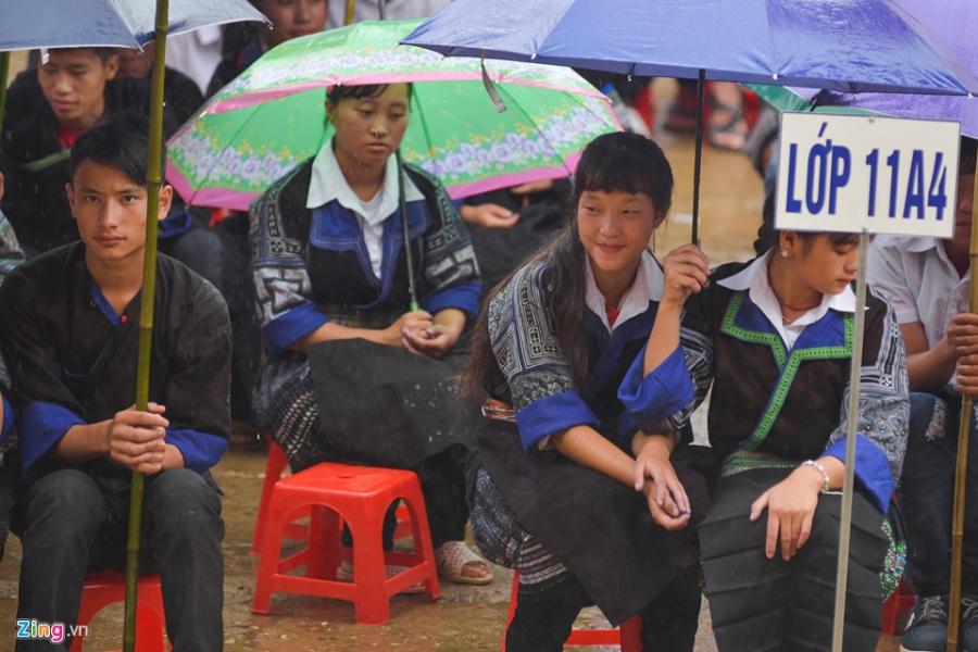 Hoc sinh vung lu Mu Cang Chai doi mua don khai giang hinh anh 16