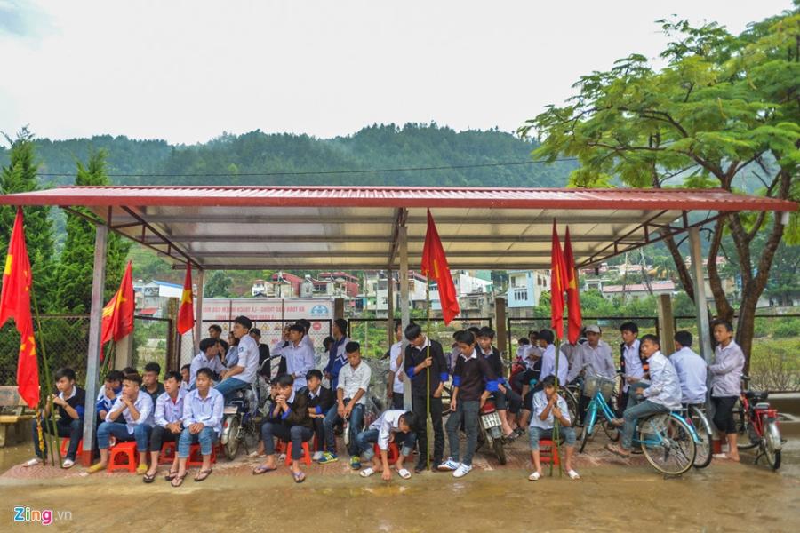 Hoc sinh vung lu Mu Cang Chai doi mua don khai giang hinh anh 17