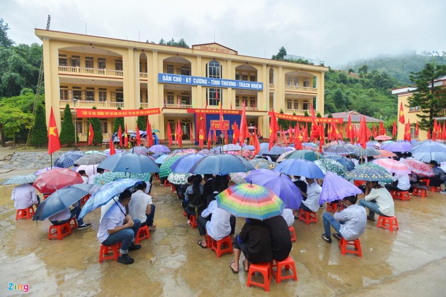 Hoc sinh vung lu Mu Cang Chai doi mua don khai giang hinh anh 18