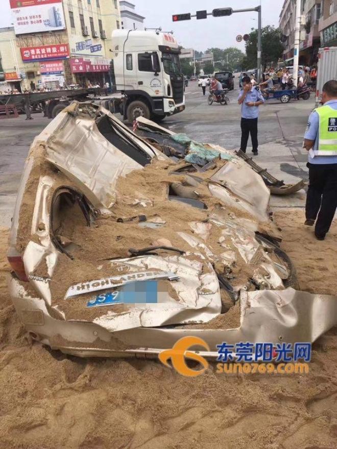 Kinh hoàng khoảnh khắc container chở cát mất lái, đè bẹp chiếc xe con đi ngược chiều - Ảnh 3.